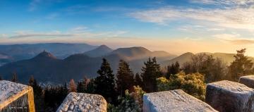 Blick auf die drei Burgen zum Sonnenaufgang
